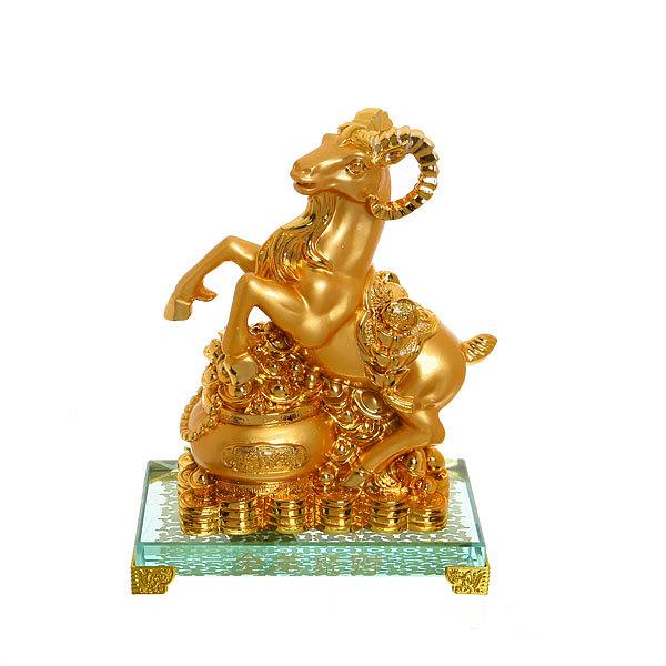 Бизнес-сувенир ″Козочка к Достатку″ золотая на стекляной подставке 23*16см купить оптом и в розницу