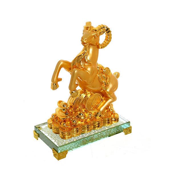 Бизнес-сувенир ″Козочка на Удачу″ золотая на стекляной подставке 23*16см купить оптом и в розницу