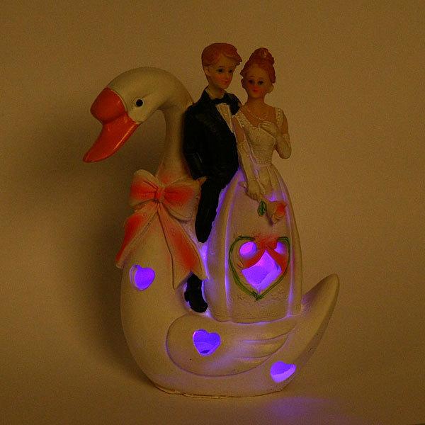 Статуэтка из полистоуна ″Жених и невеста″ на лебеде, с подсветкой 18см купить оптом и в розницу