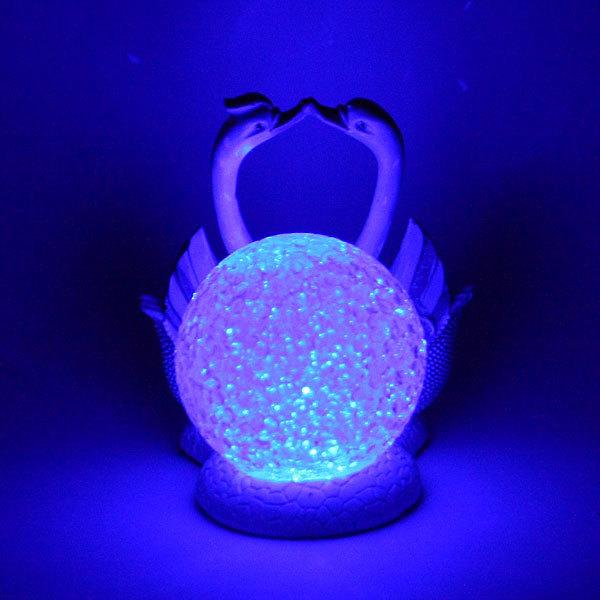 Фигурка из полистоуна ″Жемчужные Лебеди″ со светящемся шаром купить оптом и в розницу